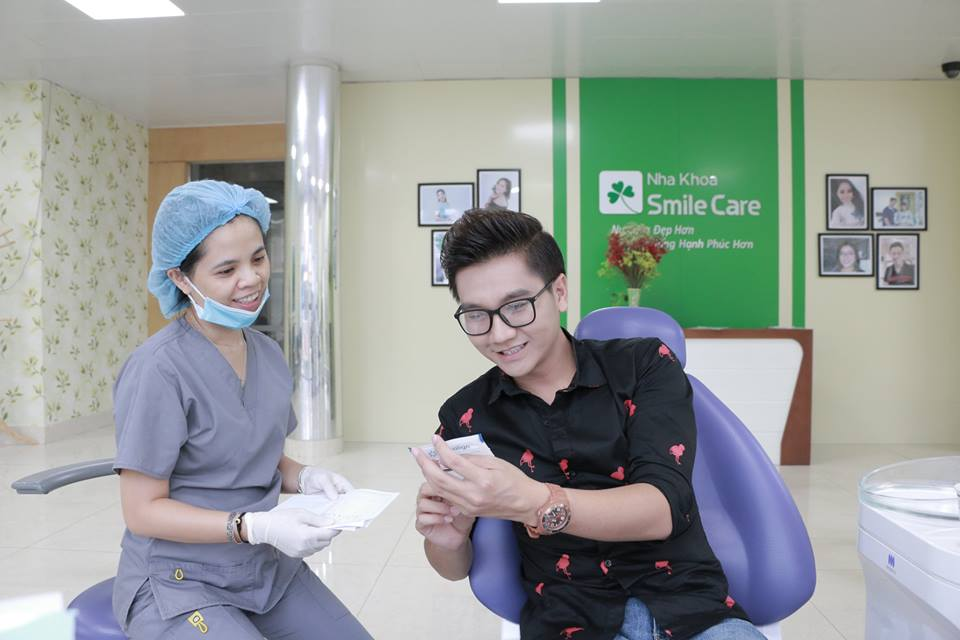 MC Công Tố niềng răng trong suốt Nha khoa Smile Care